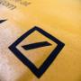 Baumwolltasche in Schwarz mit großem Aufdruck in Gelb in Nahaufnahme