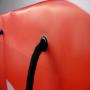 Exklusive Kunststofftasche mit rotem Druck und schwarzen Tragebändern in Nahaufnahme