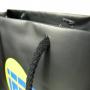 Exklusive Papiertasche in Schwarz mit mehrfarbigem Druck und verstärkten Baumwollkordeln in Nahaufnahme
