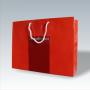 """Exklusive Papiertasche """"Lebens(t)raum"""" in Rot, glänzend laminiert mit Heißfolienprägung und kurzen Trageschlaufen aus Kunststoff"""