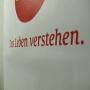 Kraftpapiertasche mit gedrehten Papierkordeln und Siebdruck in Nahaufnahme