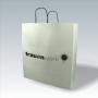 Kraftpapiertasche in Weiß mit schwarzen Drehkordeln und Siebdruck