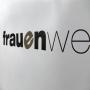 Kraftpapiertasche in Weiß mit schwarzen Drehkordeln in Nahaufnahme