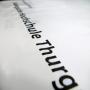 """Plastiktüte """"Hochschule Thurg"""" in Weiß mit schwarzem Druck und verstärktem Griffloch in Nahaufnahme"""