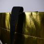 PP Non Woven Tasche in extravagantem Gold und glänzender Laminierung in Nahaufnahme