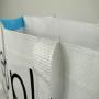 PP Woven Tasche in Weiß und himmelblauen Seitenteilen in Nahaufnahme