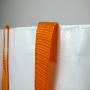 PP Woven Tasche in Weiß mit orangenen Akzenten in Nahaufnahme