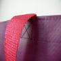 PP Woven Tasche mit mehrfarbigem Flexo-Druck und Kunststofftrageschlaufen in Nahaufnahme