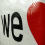 """Große PP Woven Tasche """"we love pr"""" in Weiß mit Kunststofftragebändern in Nahaufnahme"""