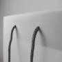 Transparente Papiertasche mit braunem Aufdruck in Nahaufnahme