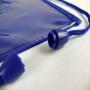 Kleine Halsumhängetasche aus Vlies in Blau mit Sichtfenster in Nahaufnahme