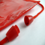Kleine Halsumhängetasche aus Vlies in Rot mit Sichtfenster in Nahaufnahme