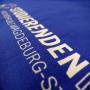 Baumwolltasche in Blau mit weißem Siebdruck in Nahaufnahme