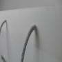 Transparente Papiertasche in Weiß mit langen Kordeln in Nahaufnahme