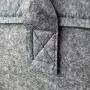 Edle Filztasche mit farbiger Logo Stickung in Nahaufnahme