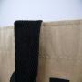 Kraftpapier + Non Woven Tasche: Außen Kraftpapiert, innen Non Woven mit mehrfarbigem Siebdruck und langen Baumwolltrageschlaufen in Nahaufnahme