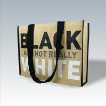 Kraftpapier + Non Woven Tasche: Außen Kraftpapiert, innen Non Woven mit mehrfarbigem Siebdruck und langen Baumwolltrageschlaufen