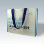 Kraftpapier + Non Woven Tasche in Weiß mit blauen Akzenten und langem Trageband (Vorderseite)