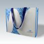 Kraftpapier + Non Woven Tasche in Weiß mit blauen Akzenten und langem Trageband (Rückseite)