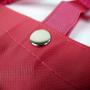Große PP Non Woven Tasche in Pink mit weißem Siebdruck in Nahaufnahme