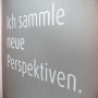 """Transparente Papiertasche """"Frankenguss"""" mit mehrfarbigem Druck und weißen Tragekordeln in Nahaufnahme"""