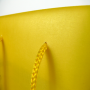 """Transparente Papiertasche """"MOBA"""" mit mehrfarbigem Druck und langen Trageschlaufen in Nahaufnahme"""